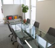 最大8名まで利用可能な会議室(2F)