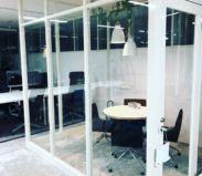 打ち合わせブース(ガラス部屋)でオンライン会議も可能