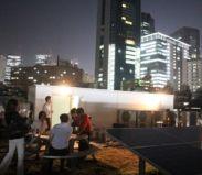 ビル屋上では新宿の夜景を観ながらテントサウナやBBQなどレクリエーションも可能